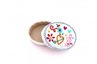 ovale embroidered box by Isilda Parente